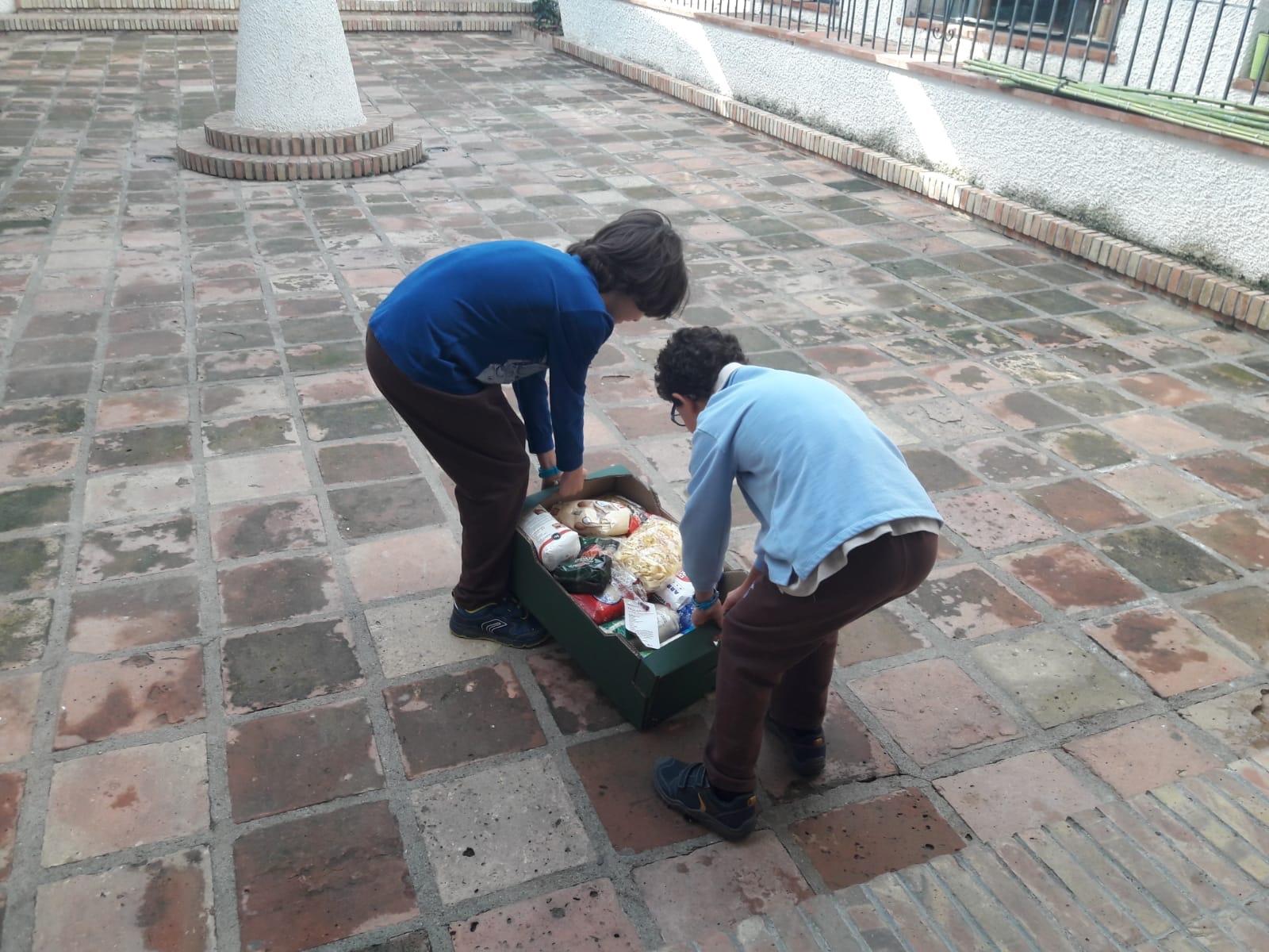 Los pequeños Ángeles participan en la recogida de alimentos en Málaga
