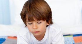 El método Montessori es famoso por romper la estructura educativa tradicional donde el maestro transmite al alumno una serie de conocimientos. En las escuelas del método Montessori es el alumno el que se responsabiliza de su propio conocimiento a través de los estímulos atractivos de un lugar preparado para el aprendizaje. En este contexto, el profesor es un guía para una educación multidireccional. Hoy hablamos sobre la relación entre esto mismo y la forma en la que podemos utilizar los videojuegos para educar. Los videojuegos educativos Que los videojuegos no sólo sirven para entretener es algo que está bastante claro. Desde hace algunos años, los educadores se han planteado incluir a los videojuegos como manera ofrecer una enseñanza útil con un método agradable para el alumno. Así pudimos ver juegos que nos enseñaban los efectos del alcohol en la conducción para la concienciación en la seguridad vial o juegos simuladores de vuelo que enseñan a los pilotos a desenvolverse en situaciones concretas. Desde luego, existen juegos que han sido creados específicamente para enseñar o educar. Sin embargo, no sólo los juegos que pretenden ofrecer un contenido educativo son los válidos para el aprendizaje. El juego como modo de aprendizaje Los videojuegos pueden ser muy buenas herramientas para el aprendizaje aunque su misión final sea el entretenimiento. No existe el entretenimiento puro, si el entretenimiento quiere potenciarse debe nutrirse de otras áreas Hay un lugar común entre el entretenimiento y el aprendizaje. Y es que el aprendizaje se nutre del entretenimiento y viceversa para hacerse ambos más efectivos. Recientemente hemos podido ver como en escuelas como la de Alameda de Osuna incluían el Minecraft en su escuela para enseñar a los niños de 11 años conceptos relacionados con la geometría y el manejo del teclado, a nivel técnico, así como la autoevaluación y la creatividad. Pero no es este el único juego de éxito que los educadores han tomado en cuenta. Juegos co